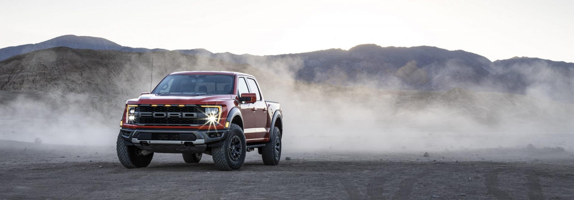 2021 Ford F-150 Raptor bij een stofwolk