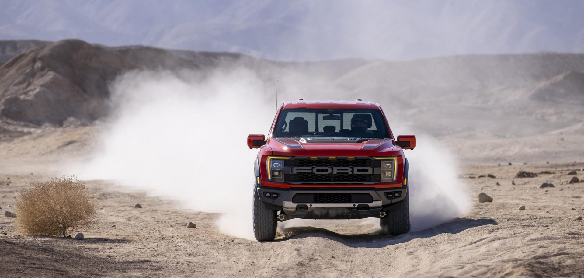 2021 Ford F-150 Raptor door de woestijn