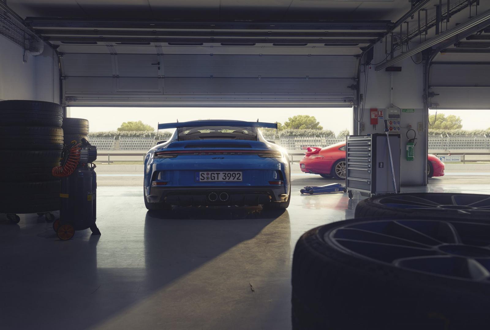 Porsche 911 GT3 (992) in garage bij pitstraat