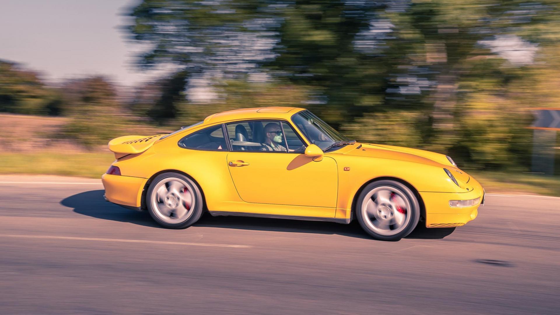 Zijkant Porsche 911 993 Turbo (1995) (geel)
