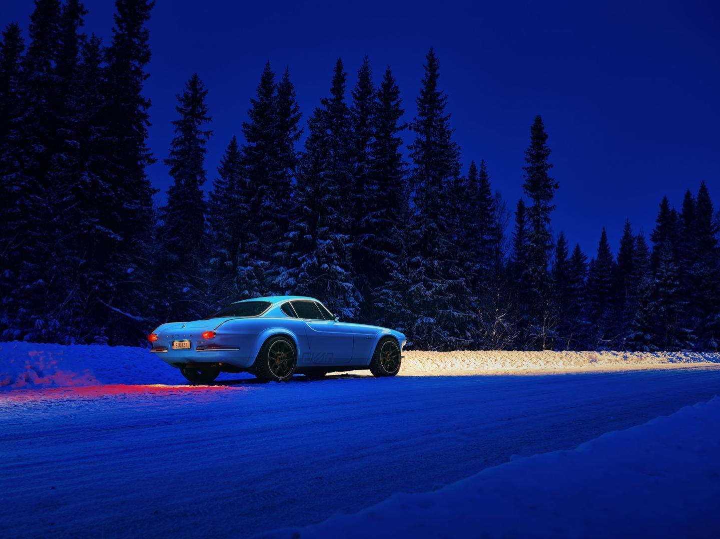 Volvo P1800 in het donker in de sneeuw in de winter