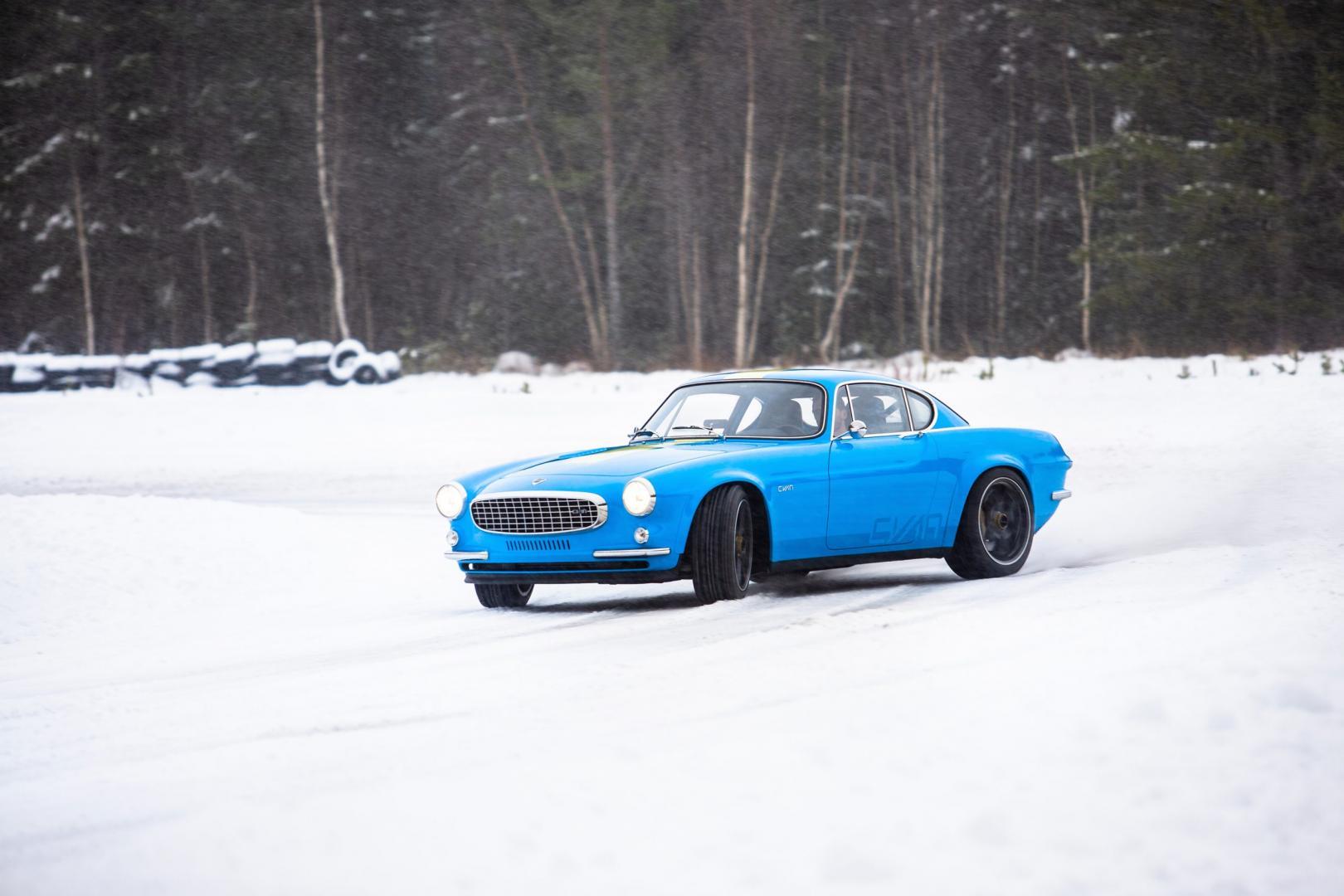 Volvo P1800 Cyan drift door de sneeuw in Zweden