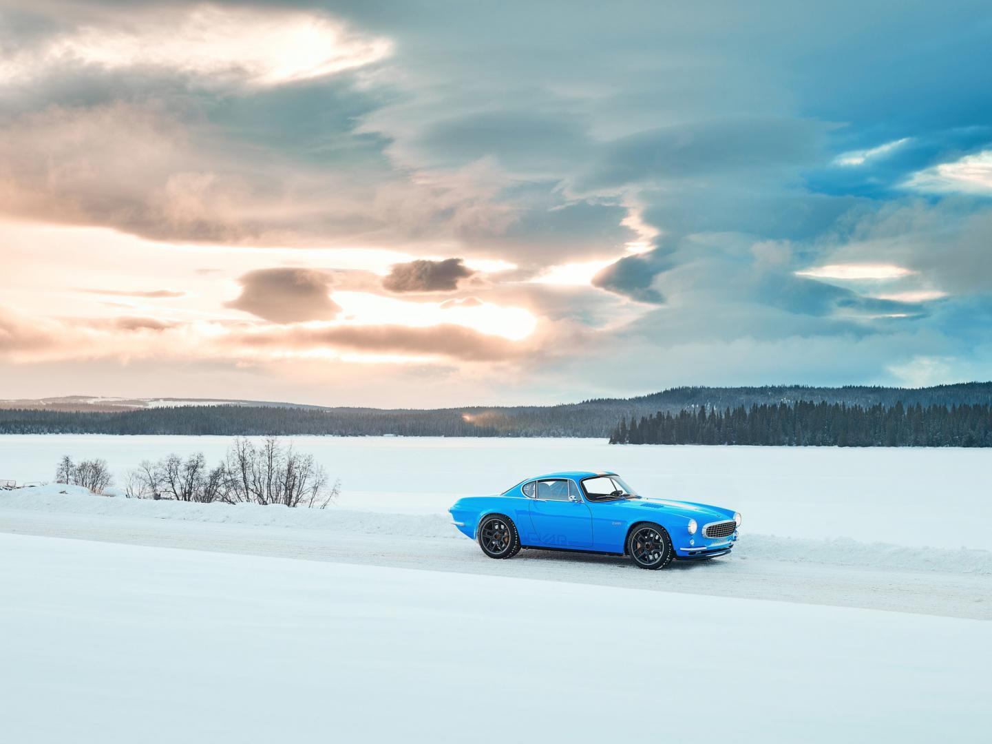Volvo P1800 Cyan bij zonsondergang in de sneeuw
