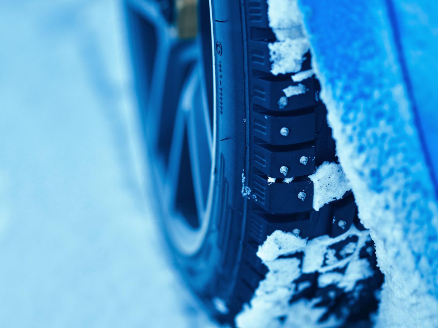 Sneeuw en ijs op winterband van de Volvo P1800