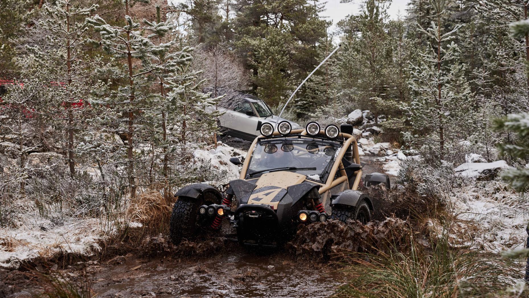Ariel Nomad VS Land Rover Defender in de modder