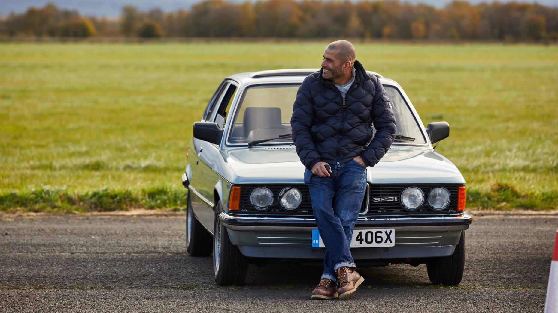 Chris Harris zit op de motorkap van een E21 BMW 323i (3-serie)