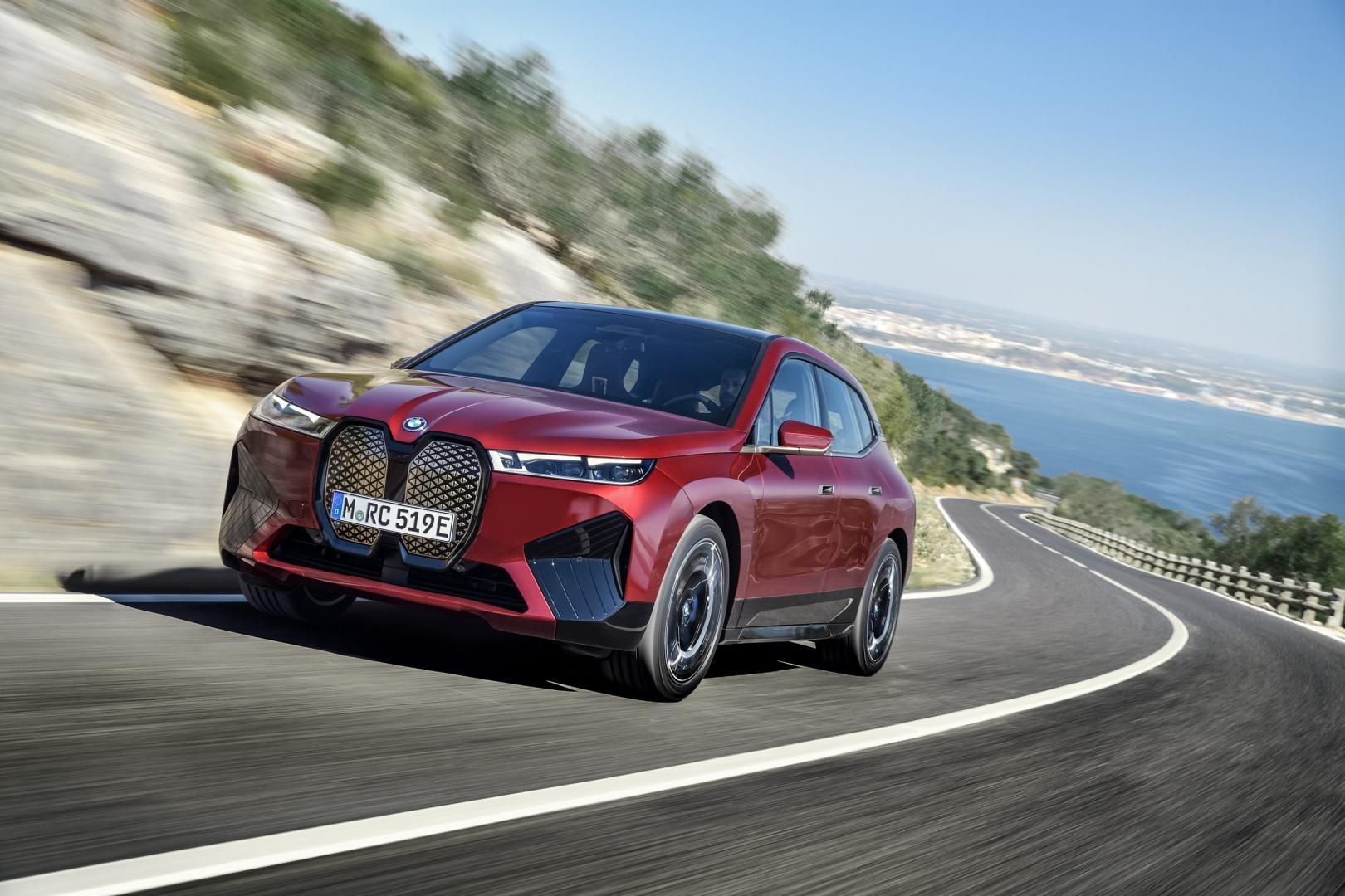 Elektrische BMW iX xDrive50 (2021) in het rood