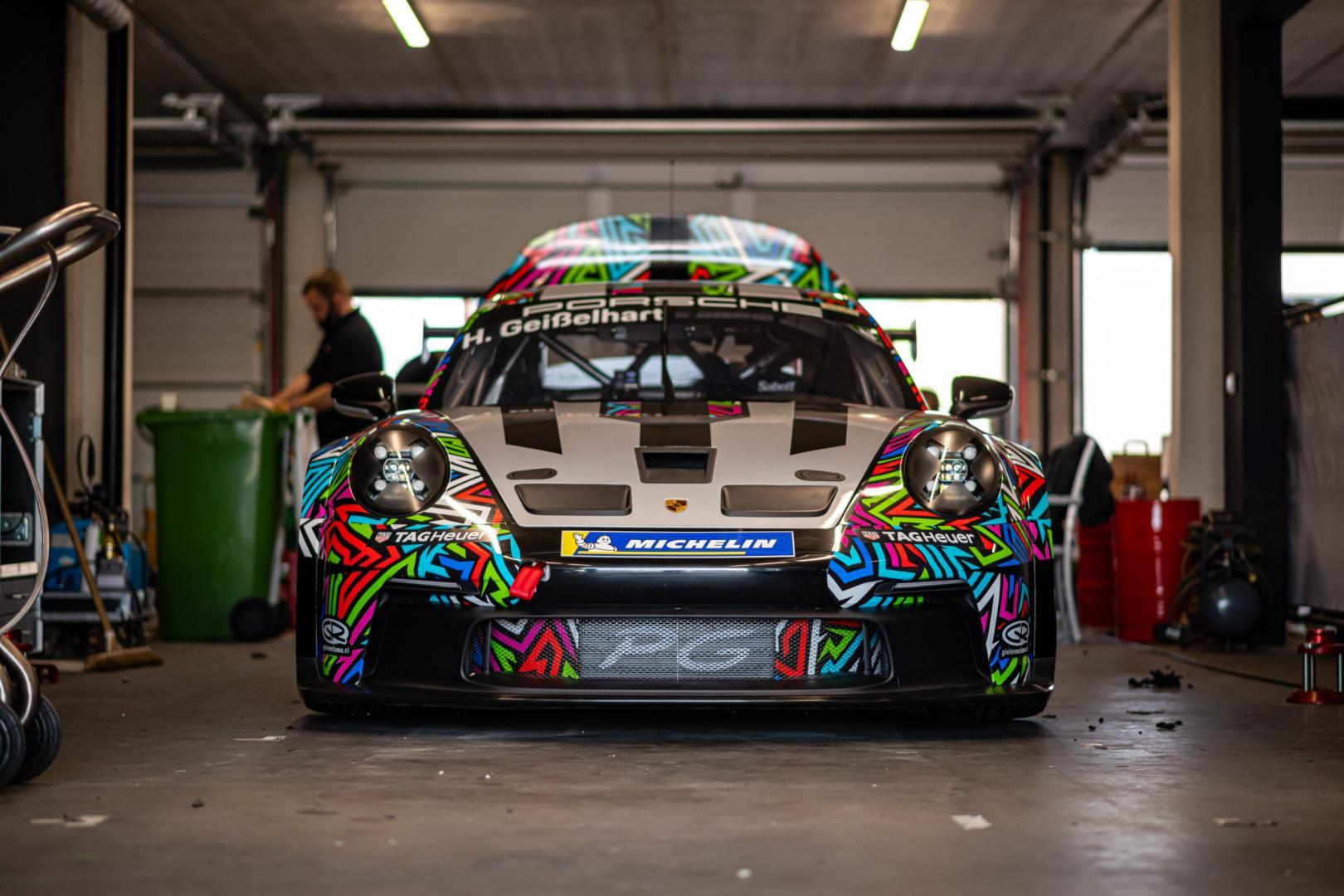 Porsche 911 GT3 Cup (992) in de garagebox