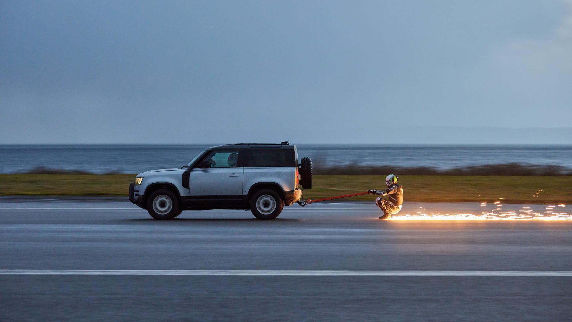 Schaatsen achter Land Rover Defender op landingsbaan