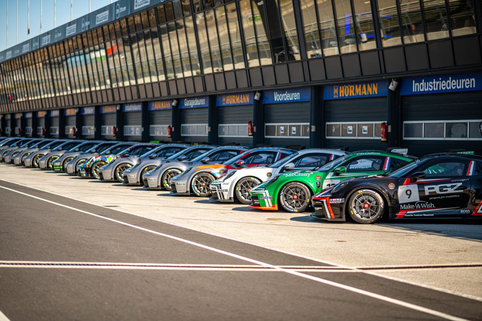 Porsche 911 GT3 Cup (992) opgesteld in de pitstraat van Circuit Zandvoort