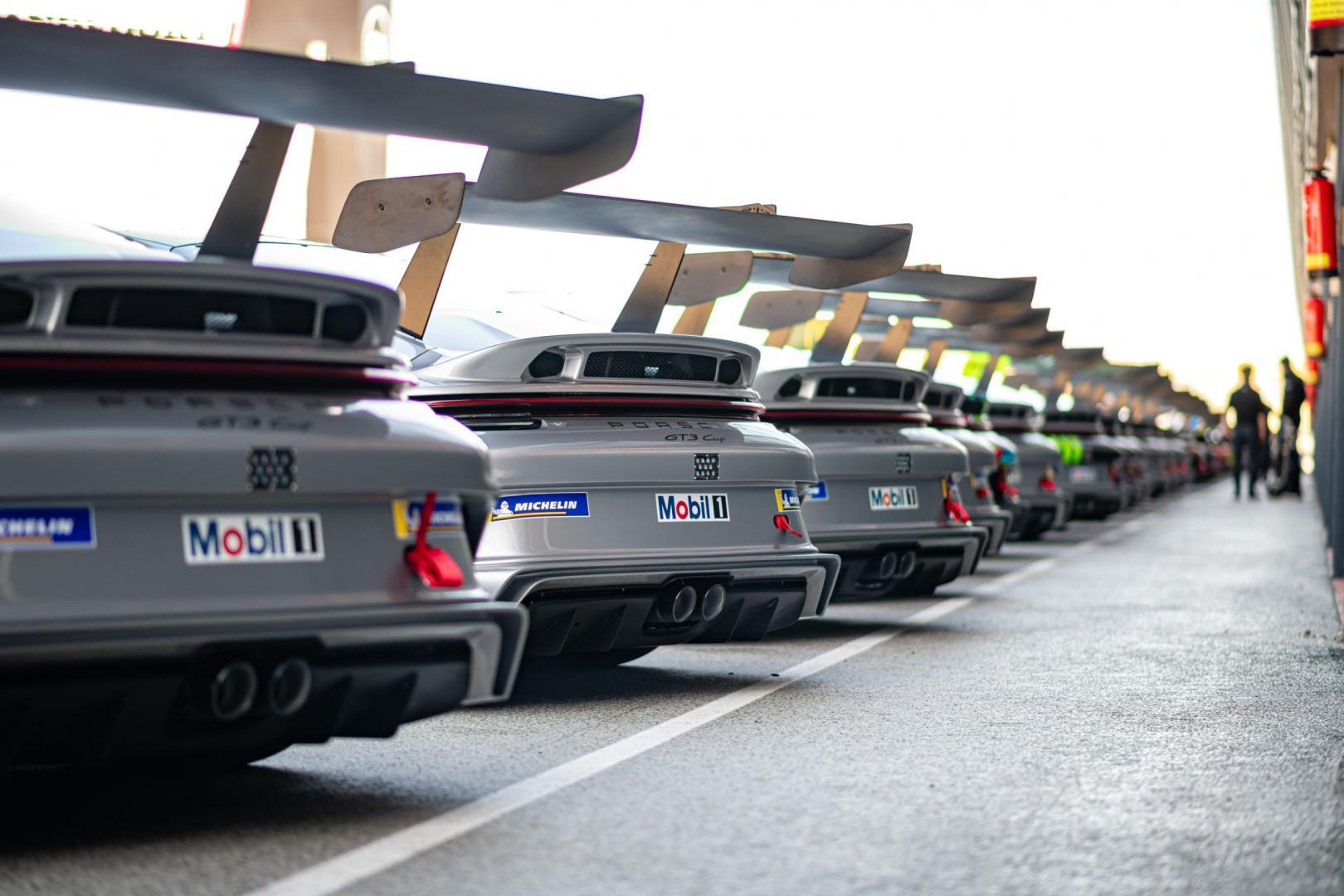 Porsche 911 GT3 Cup (992) opgesteld in de pitstraat van Circuit Zandvoort - achterspoilers
