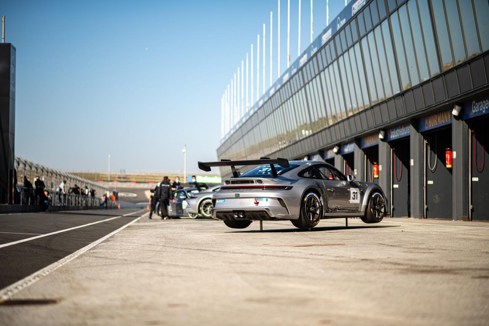 Porsche 911 GT3 Cup (992) in de pitsstraat met luchtkrik (airjack)