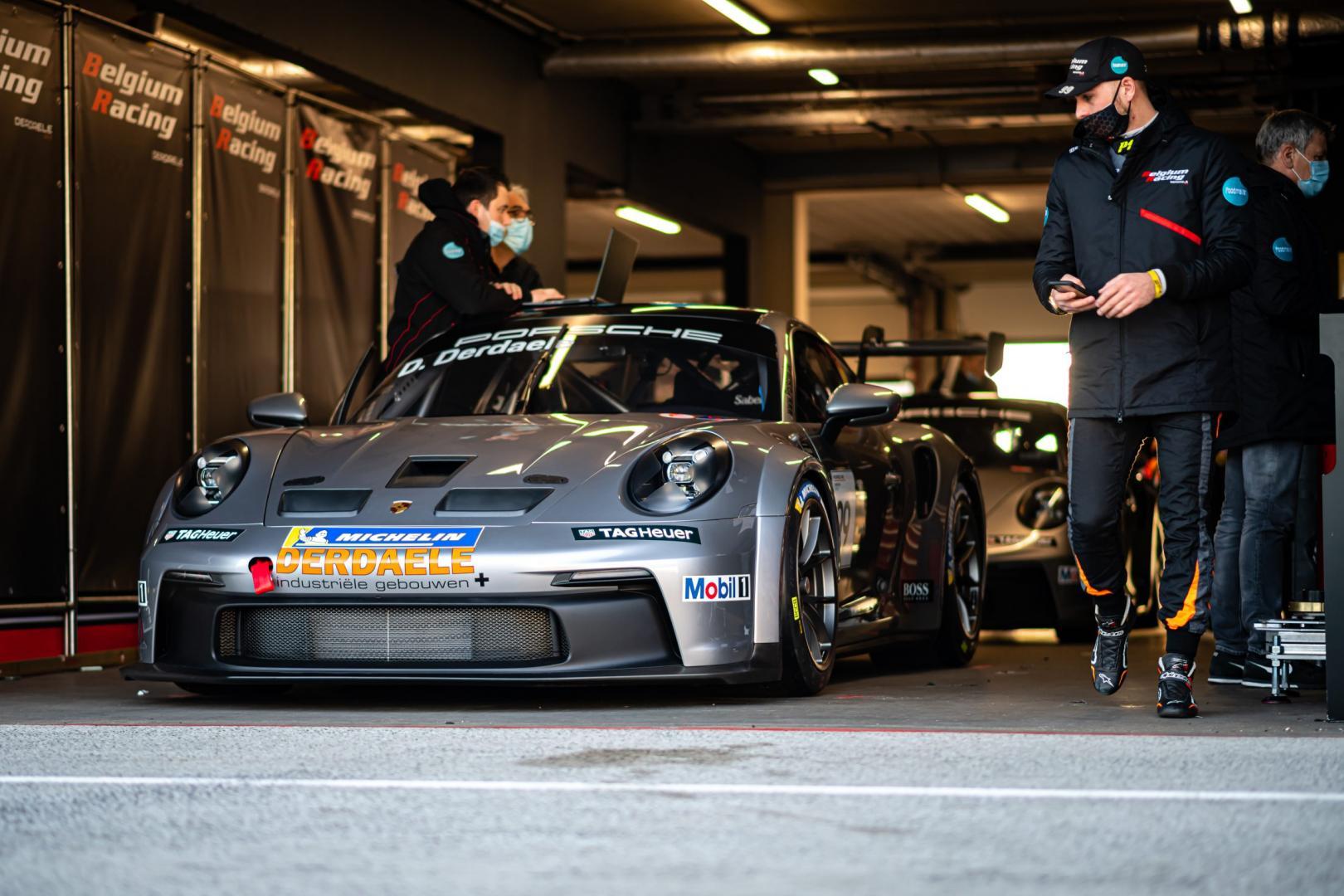 Porsche 911 GT3 Cup (992) in de pitbox in de pitstraat van Zandvoort