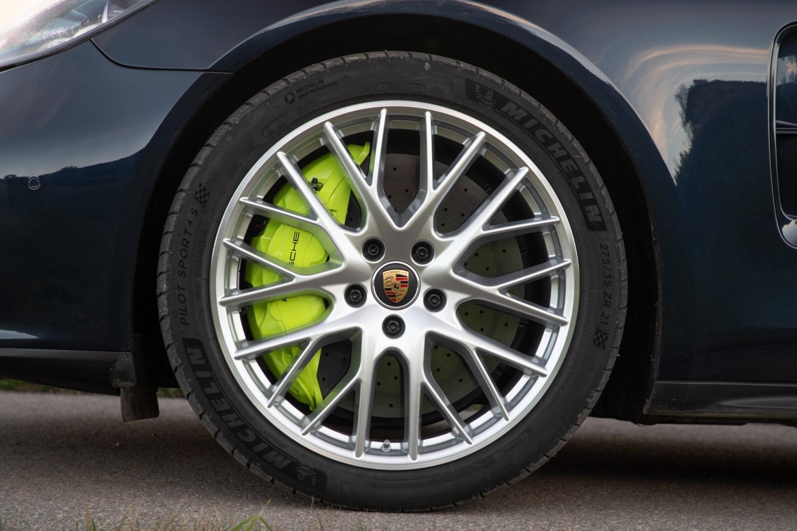 Porsche Panamera Turbo S E-Hybrid Sport Turismo remmen en velgen