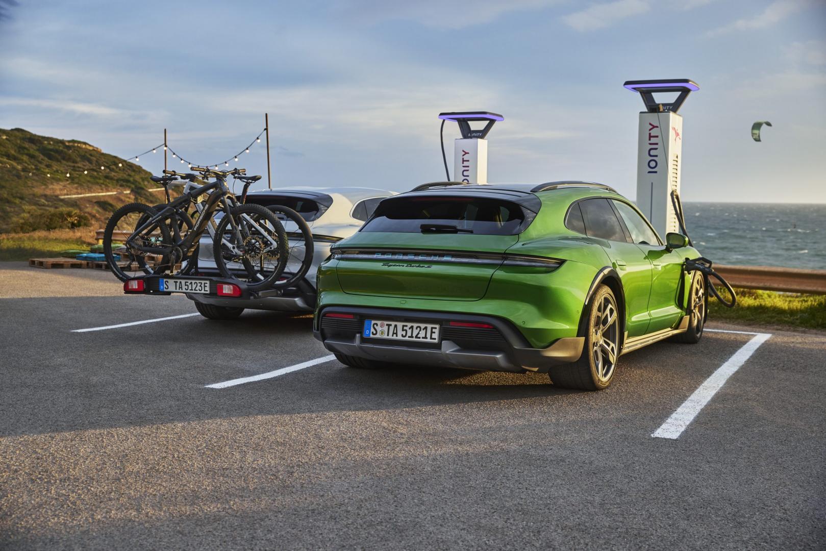 Porsche Taycan Cross Turismo met fietsendrager aan de lader
