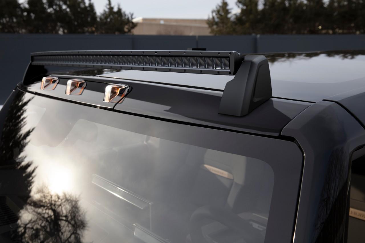Elektrische GMC Hummer SUV met lichtbalk