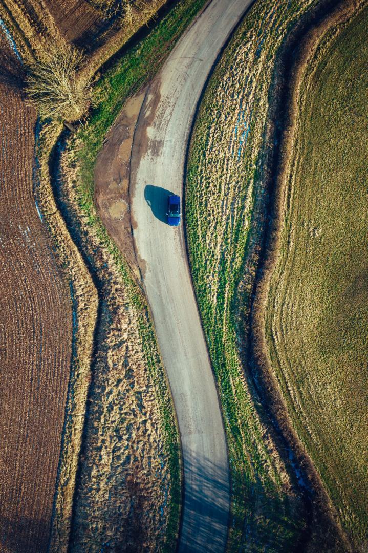 Volkswagen Golf 8 R (2021) vanuit de lucht op N-weg