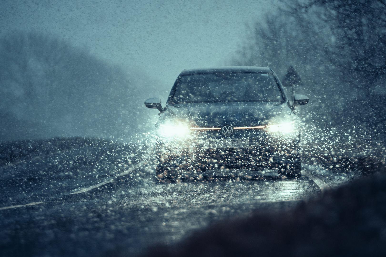 Volkswagen Golf 8 R (2021) door de regen (nat)