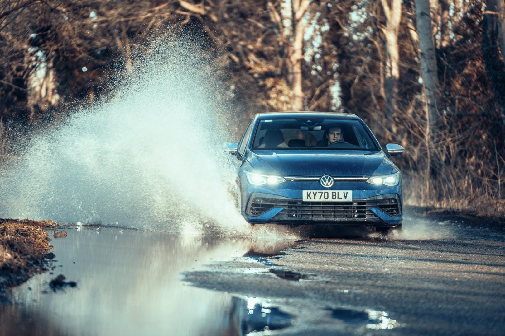 Volkswagen Golf 8 R (2021) door een plas rijden