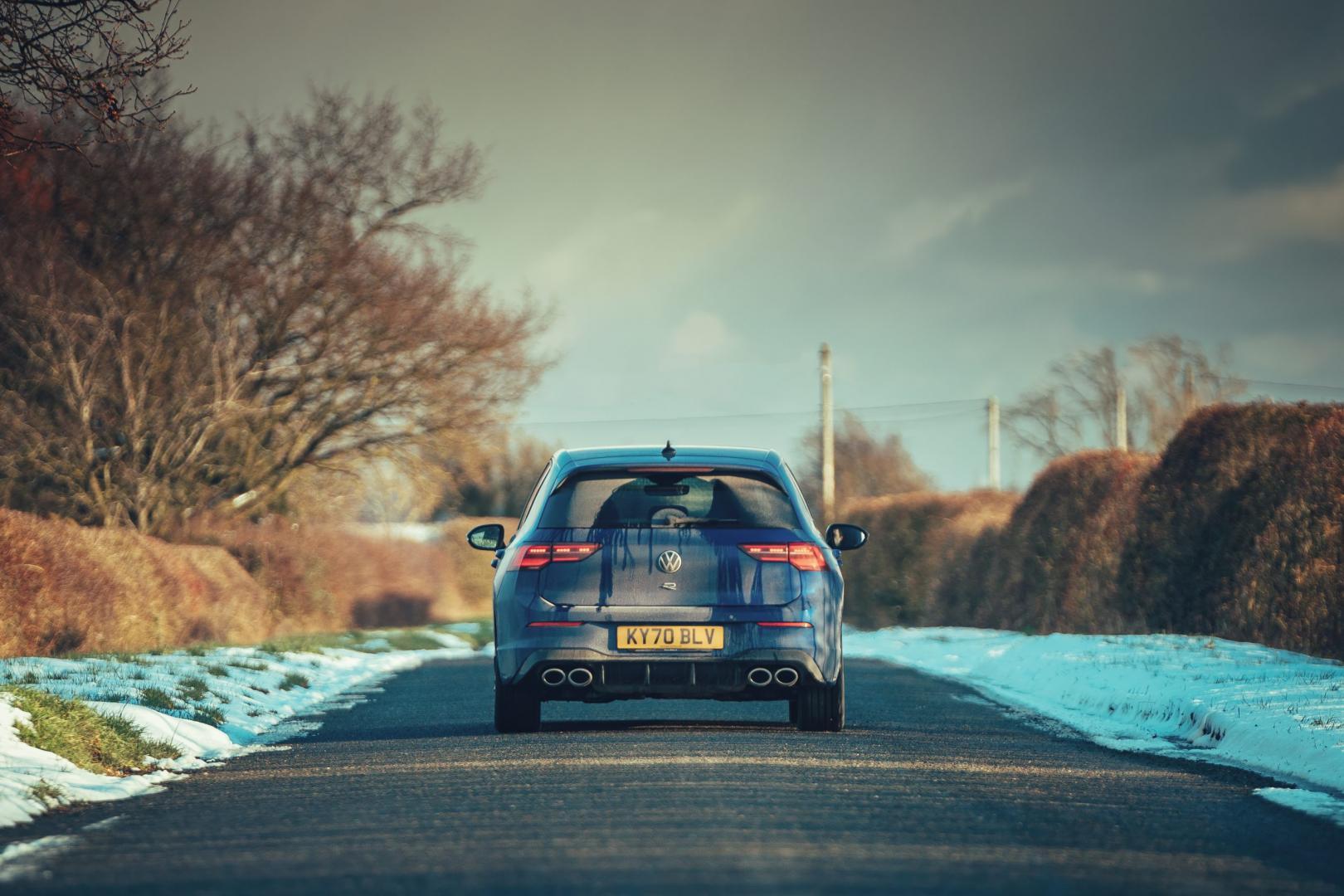 Volkswagen Golf 8 R (2021) door de sneeuw achter
