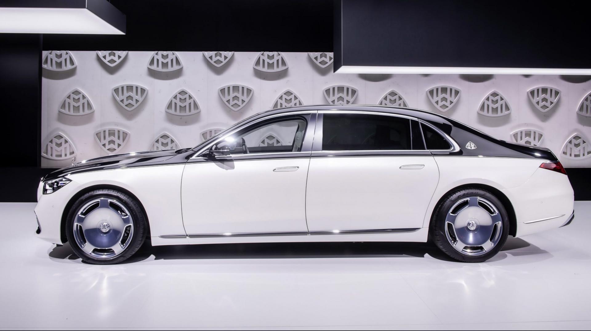 Zwart met witte Mercedes-Maybach S-klasse
