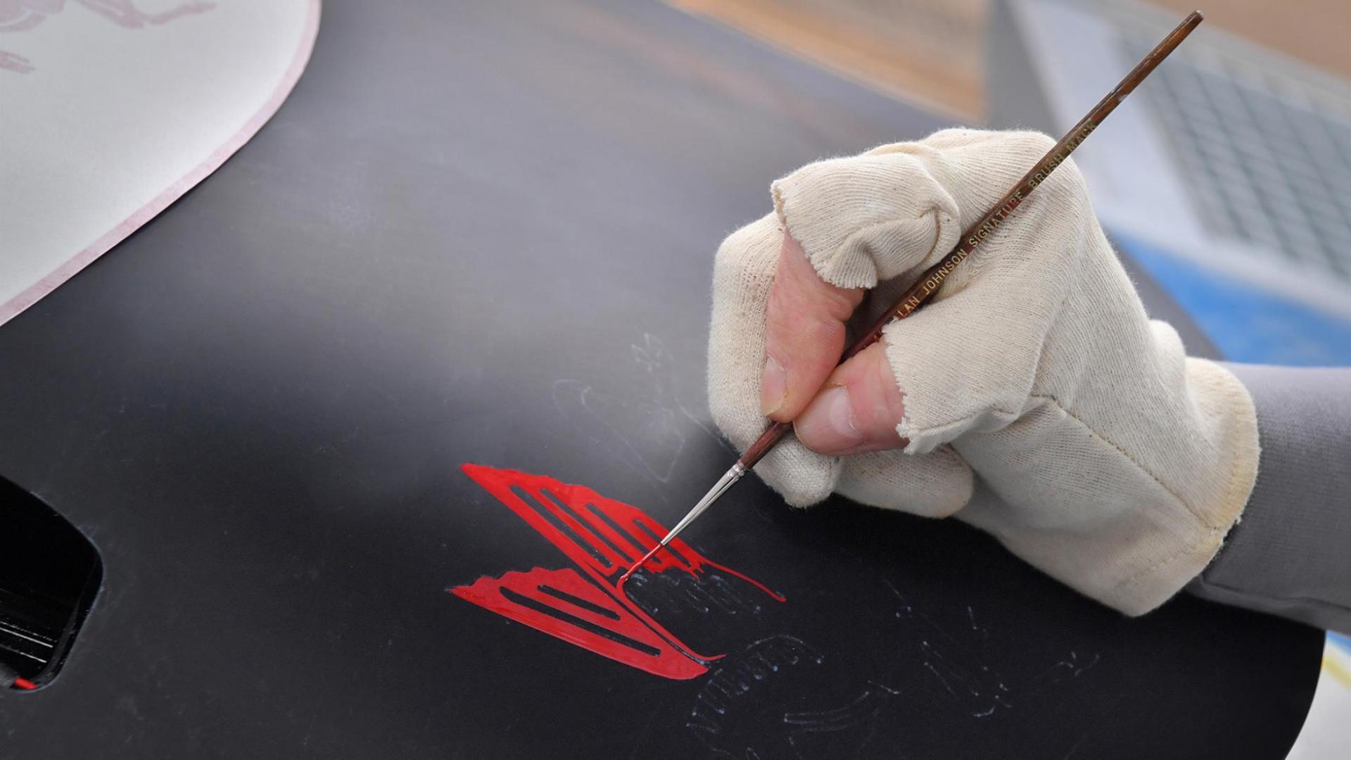 Kwast of penseel voor logo op Porsche