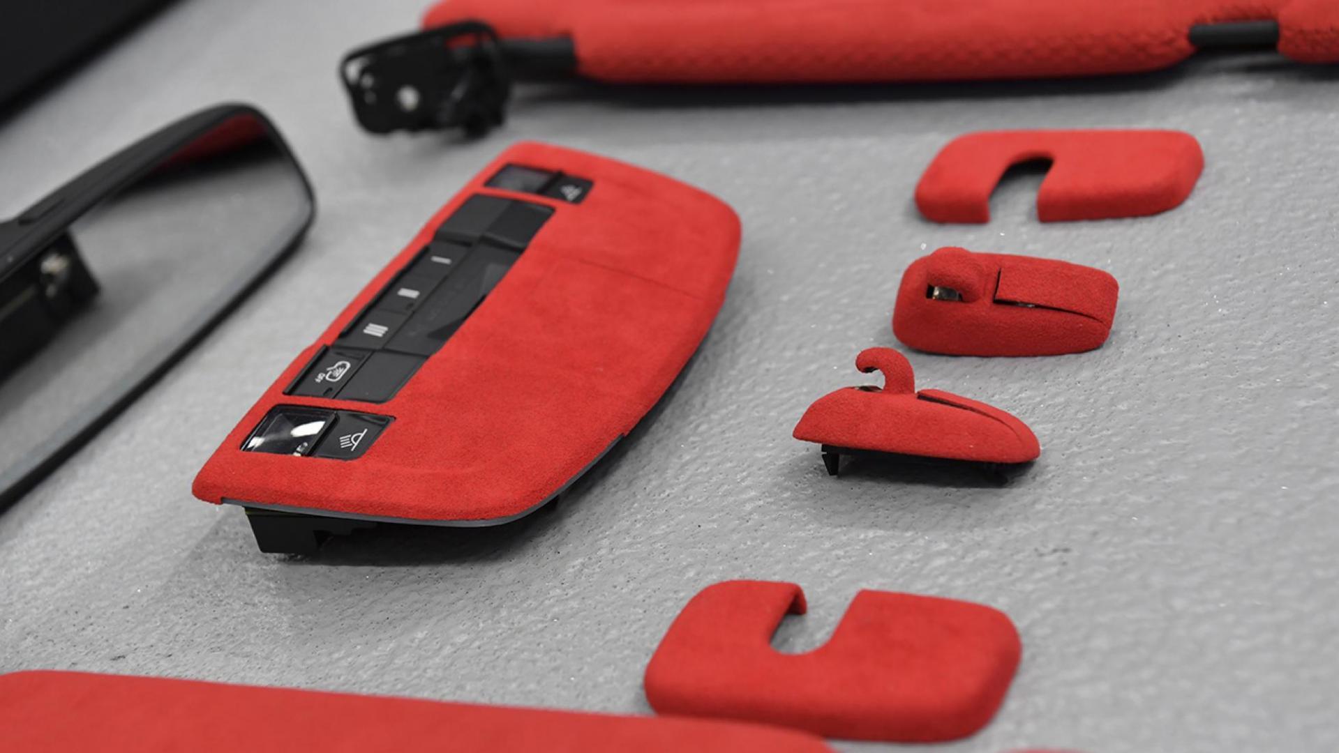 Rood suede of alcantara voor een Porsche