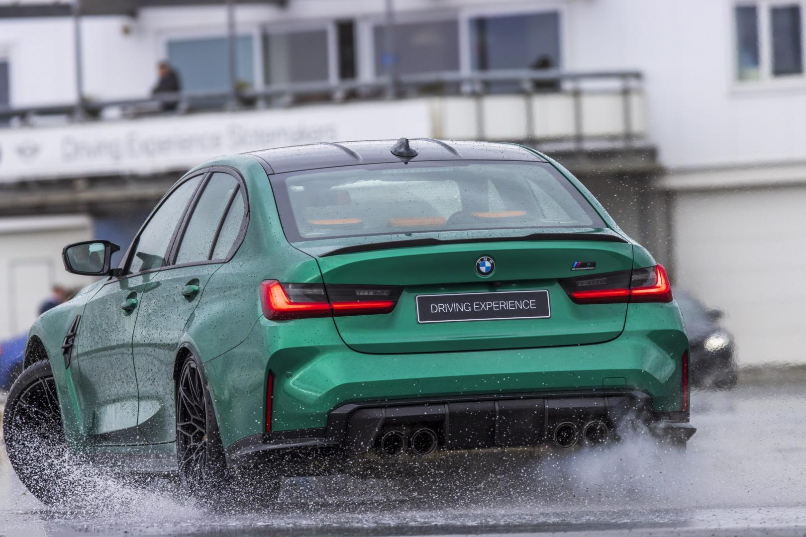 BMW M3 G80 drift op natte baan