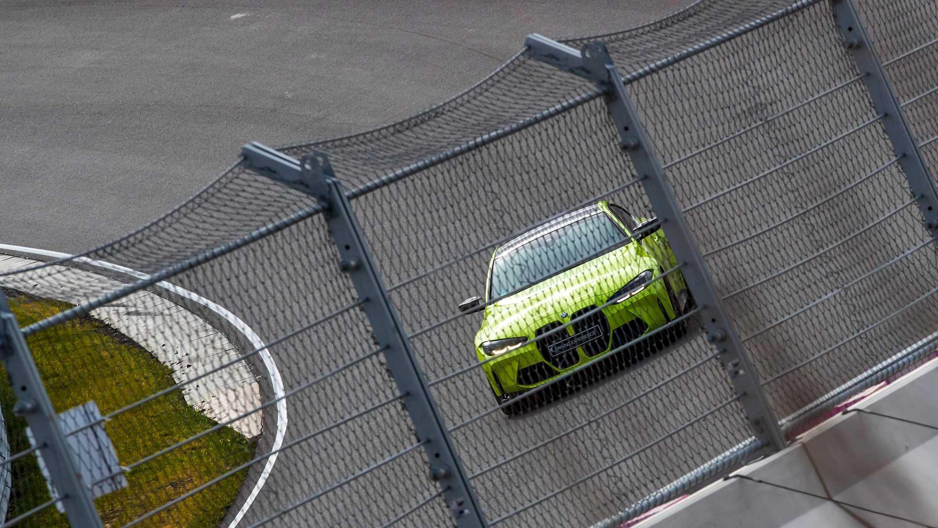 BMW M4 (G82) Competition op Zandvoort door het hekwerk gezien