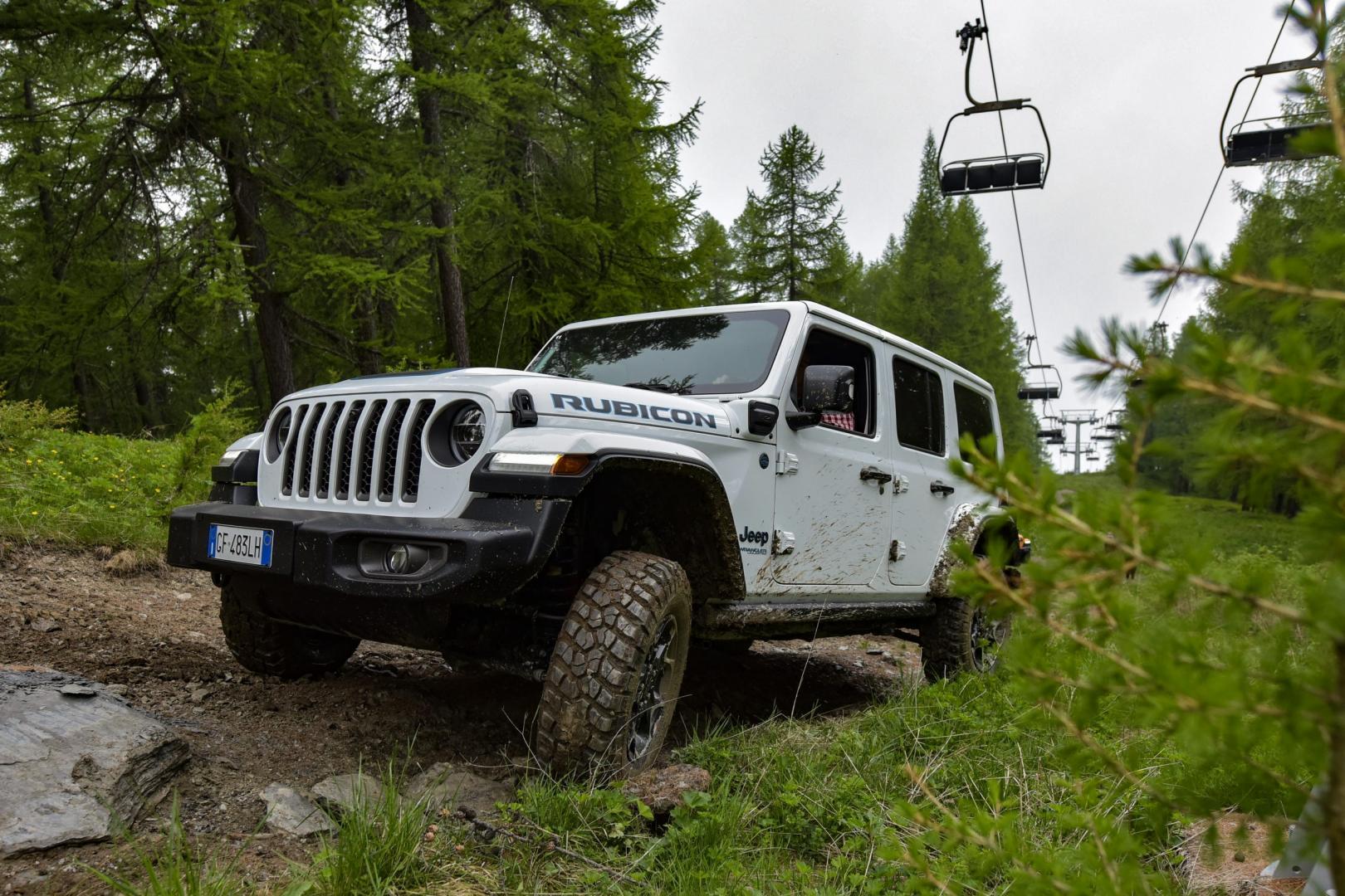 Offroaden in een witte Jeep Wrangler 4xE Rubicon