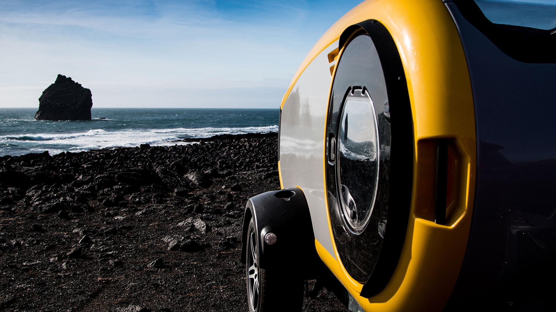 Mink minicaravan bij de zee