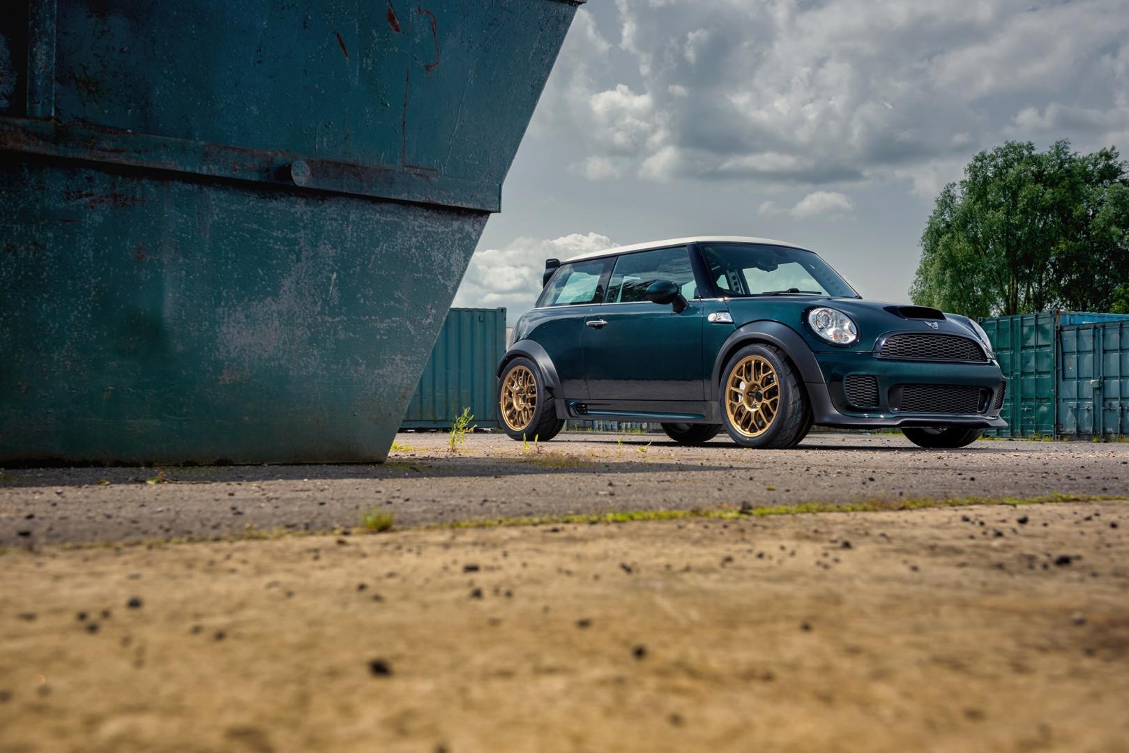 Mini met BMW-V8 is een kunstwerkje