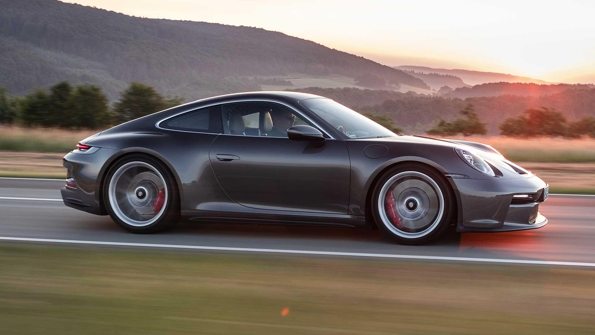 Porsche 911 GT3 met Touring Package bij zonsondergang