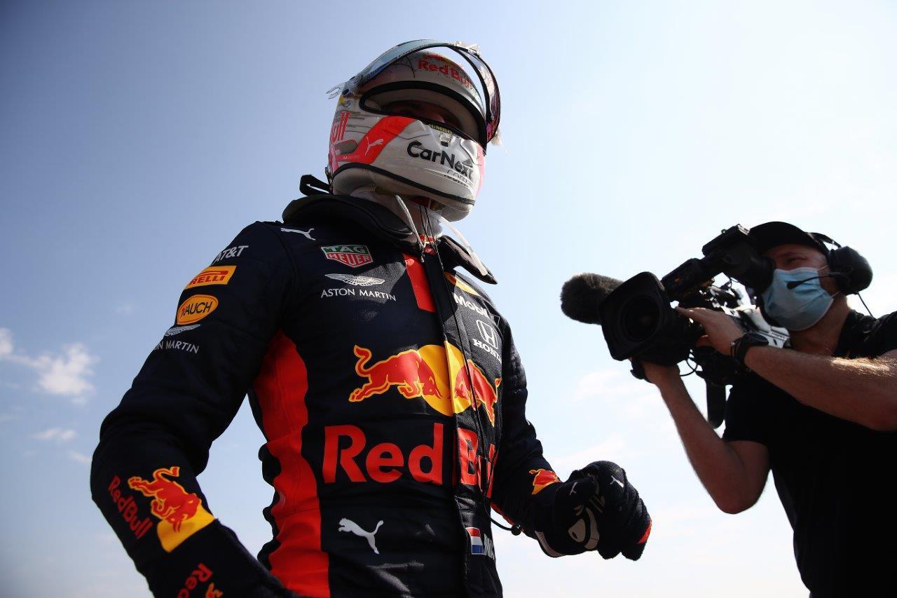 Max Verstappen met cameraman in Engeland