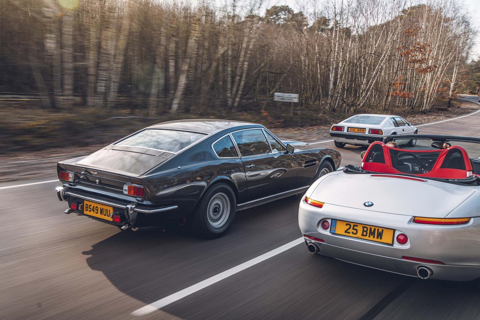 Achterkant Aston Martin V8 van James Bond (007)