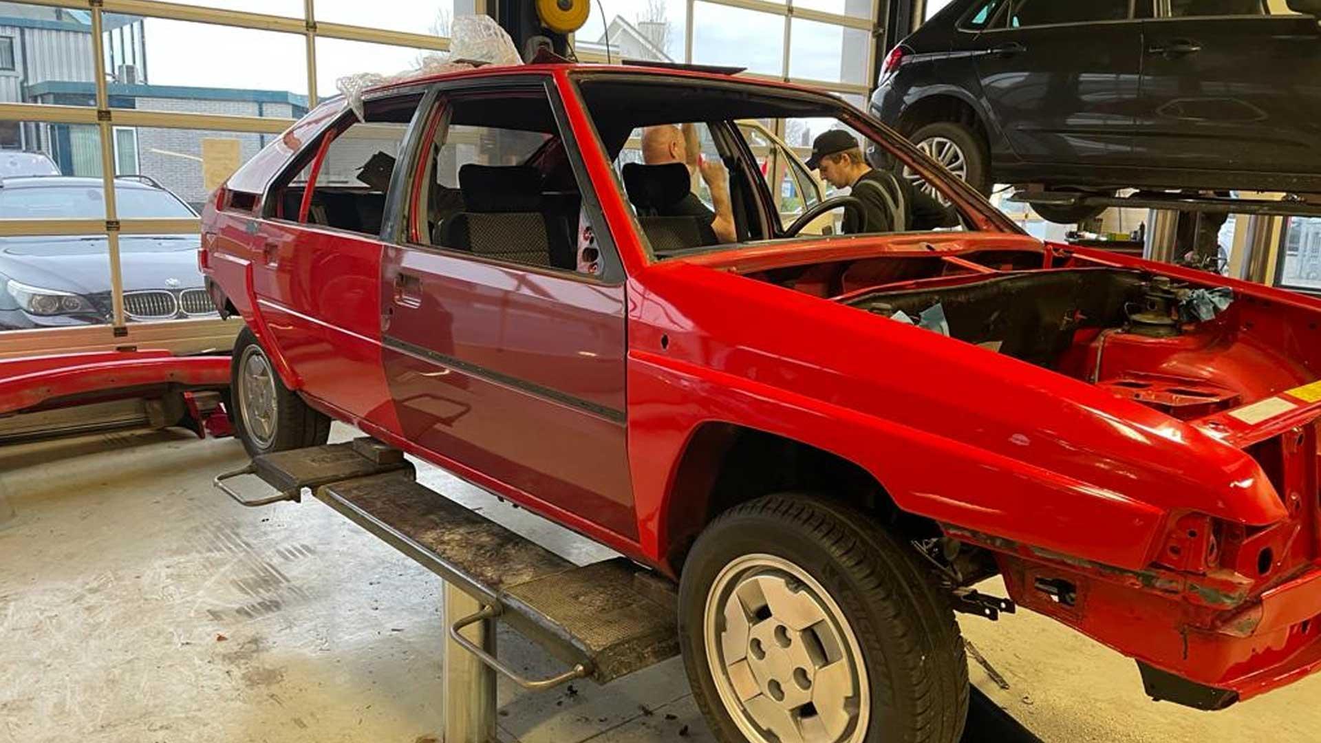 Rode Citroën BX Sport uit Flodder tijdens de restauratie