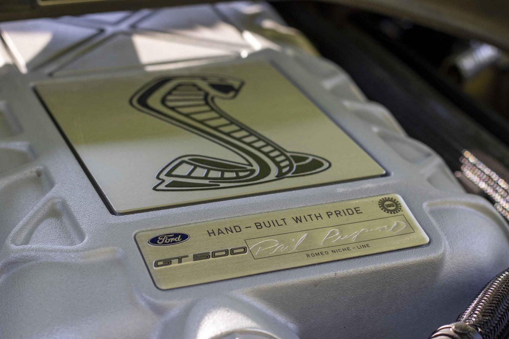 De badge op de motor van de Ford Mustang Shelby GT500