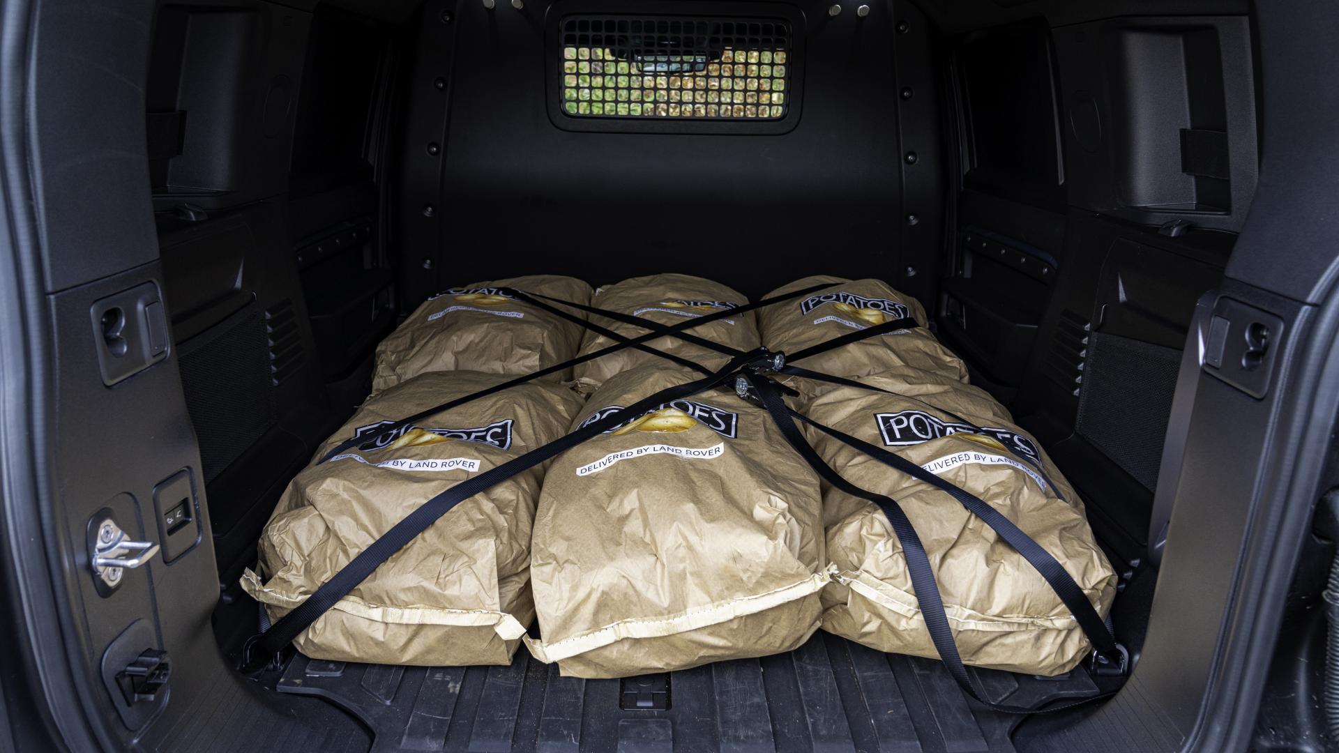 Aardappelen in de bagageruimte van de Land Rover Defender 90 Commercial (grijs kenteken)