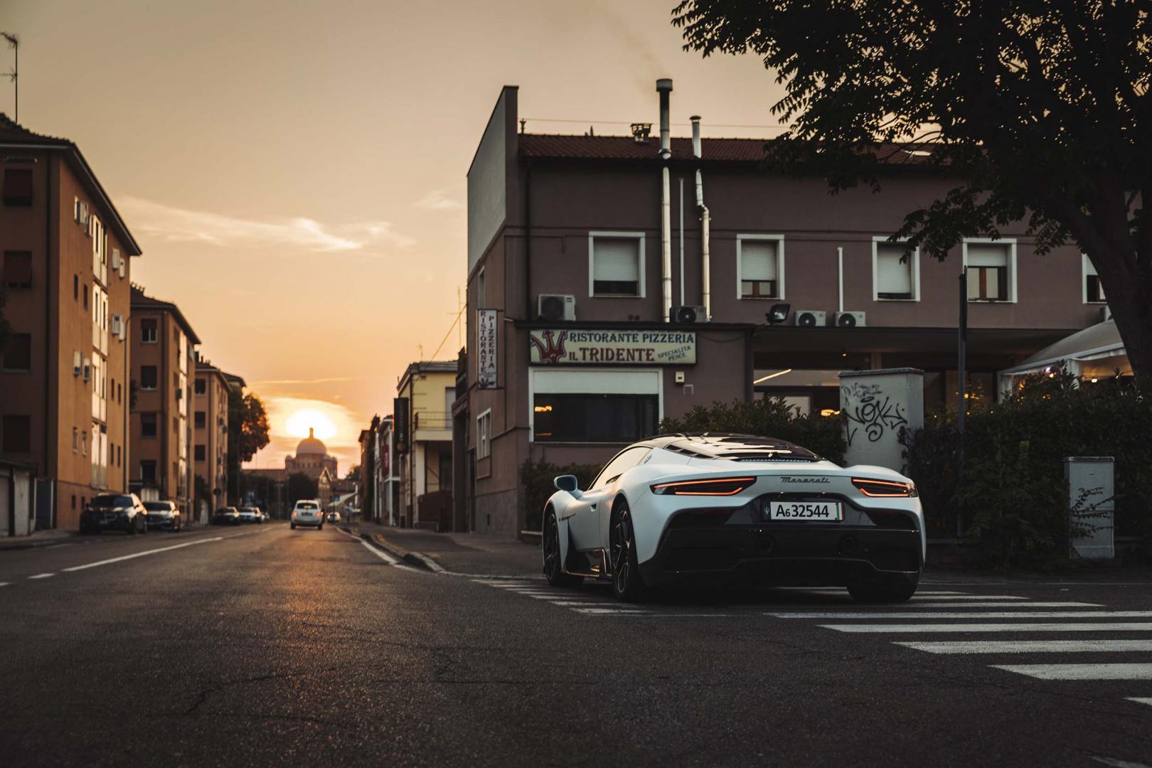 Maserati MC20 op straat