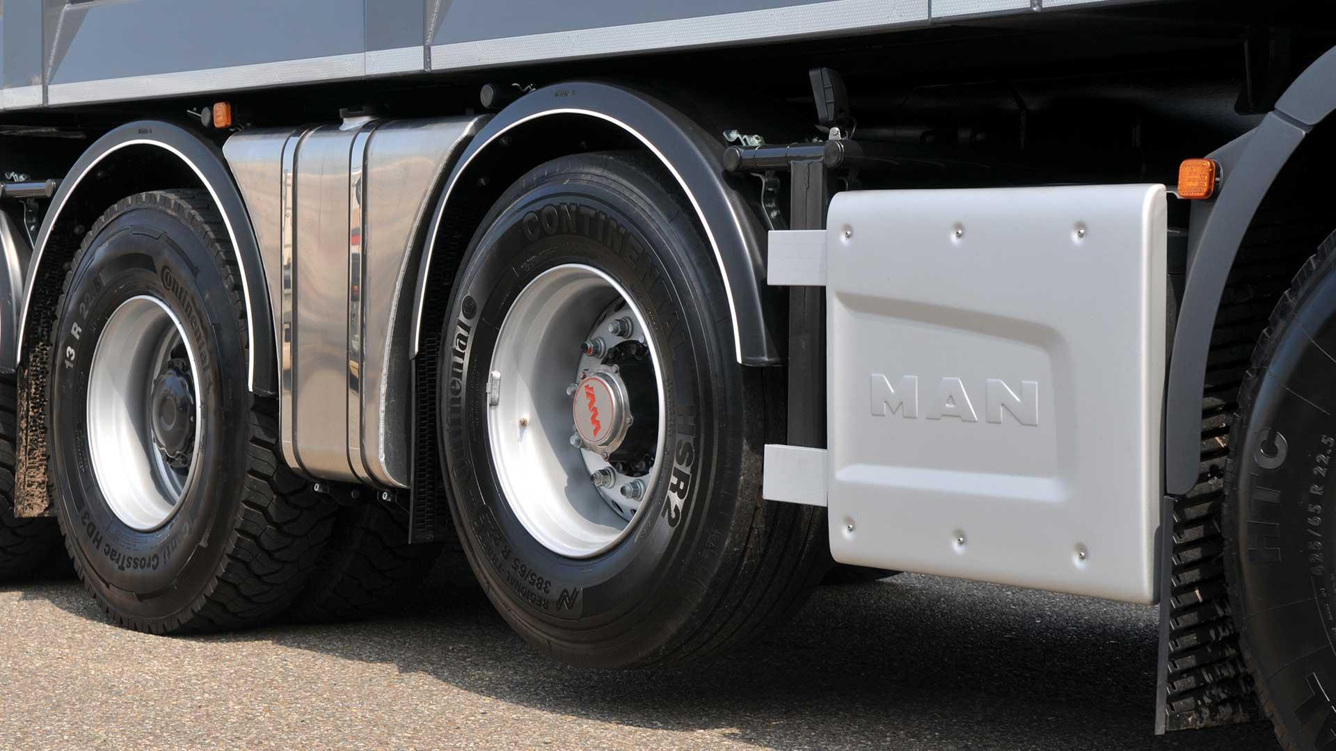 Waarom tillen vrachtwagens wielen op