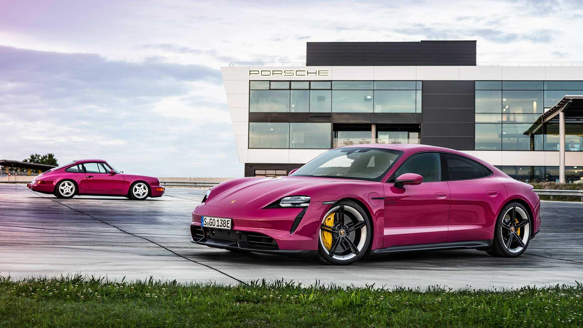 Porsche Taycan (2021) met de Porsche 911 Carrera RS (964) in Rubystar Rood