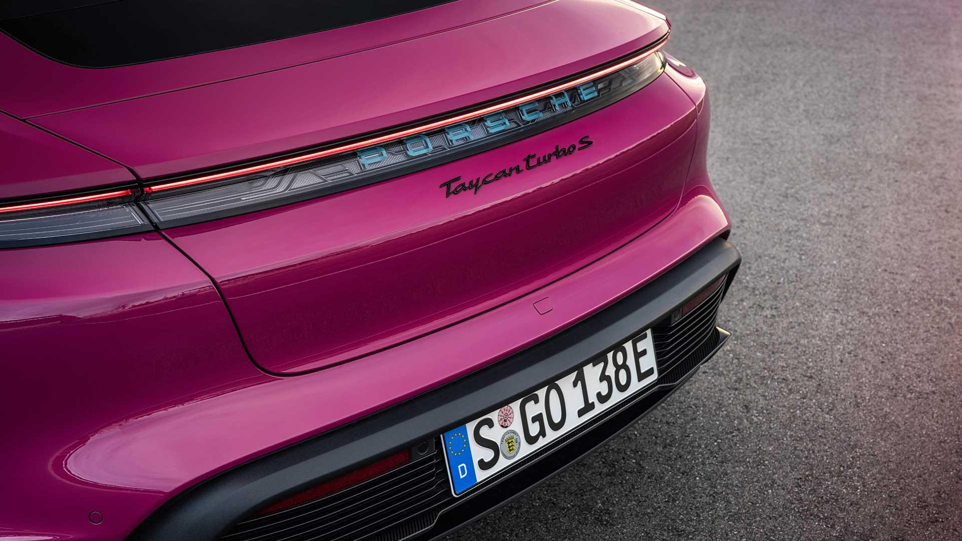 Porsche Taycan (2021) in de kleur Rubystar Rood