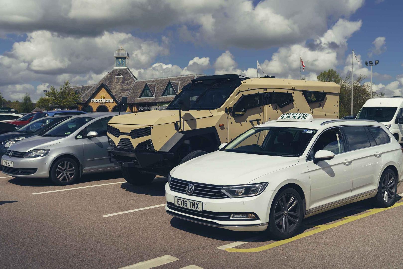 Sandcat naast Volkswagen Passat
