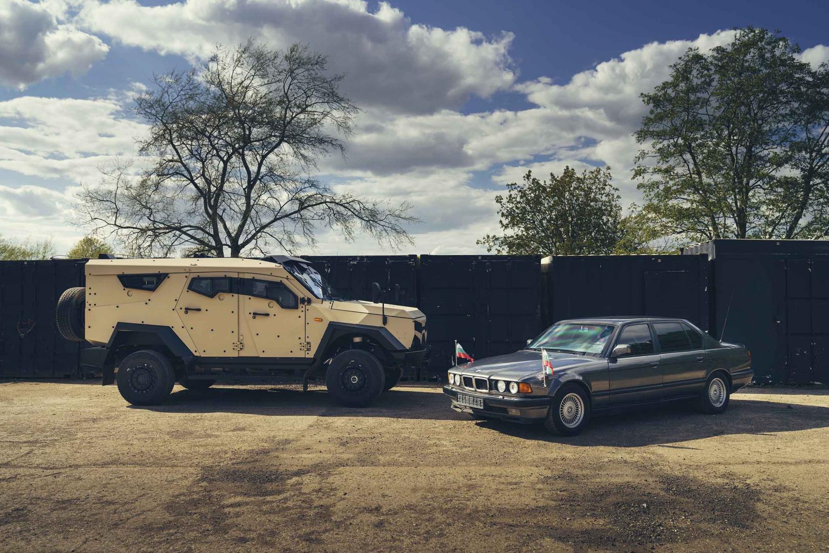 Sandcat naast gepantserde BMW 7-serie (750i)