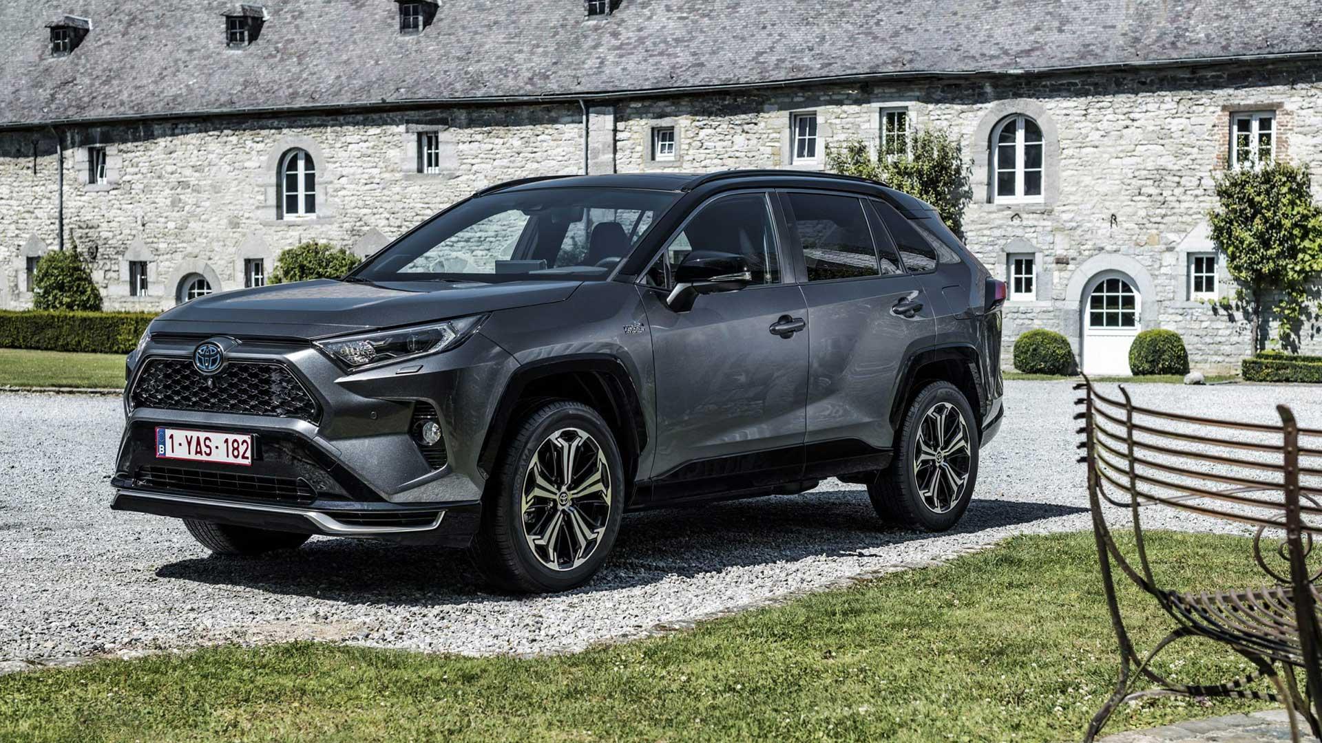 Toyota RAV4 Plug-in Hybrid (2021) in de tuin