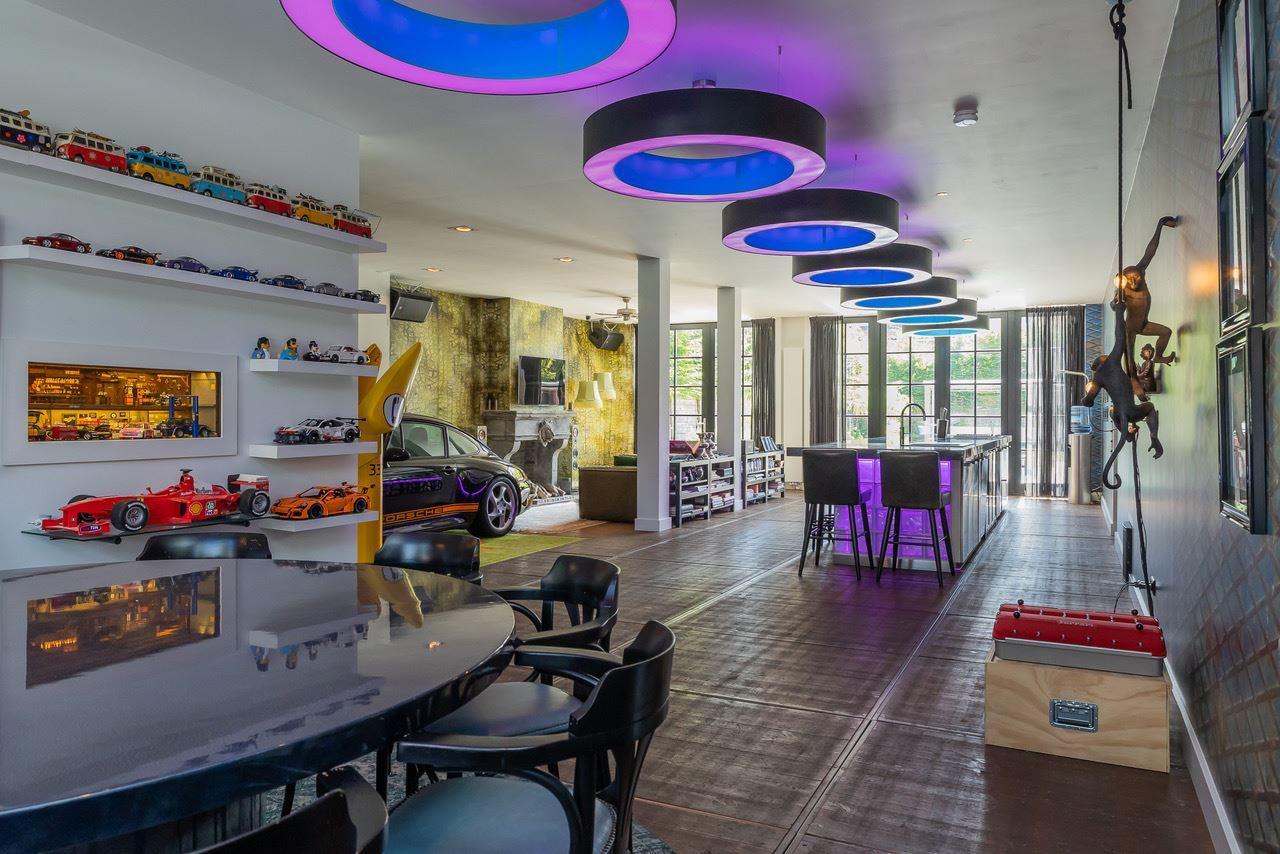Huis met Porsche in de woonkamer