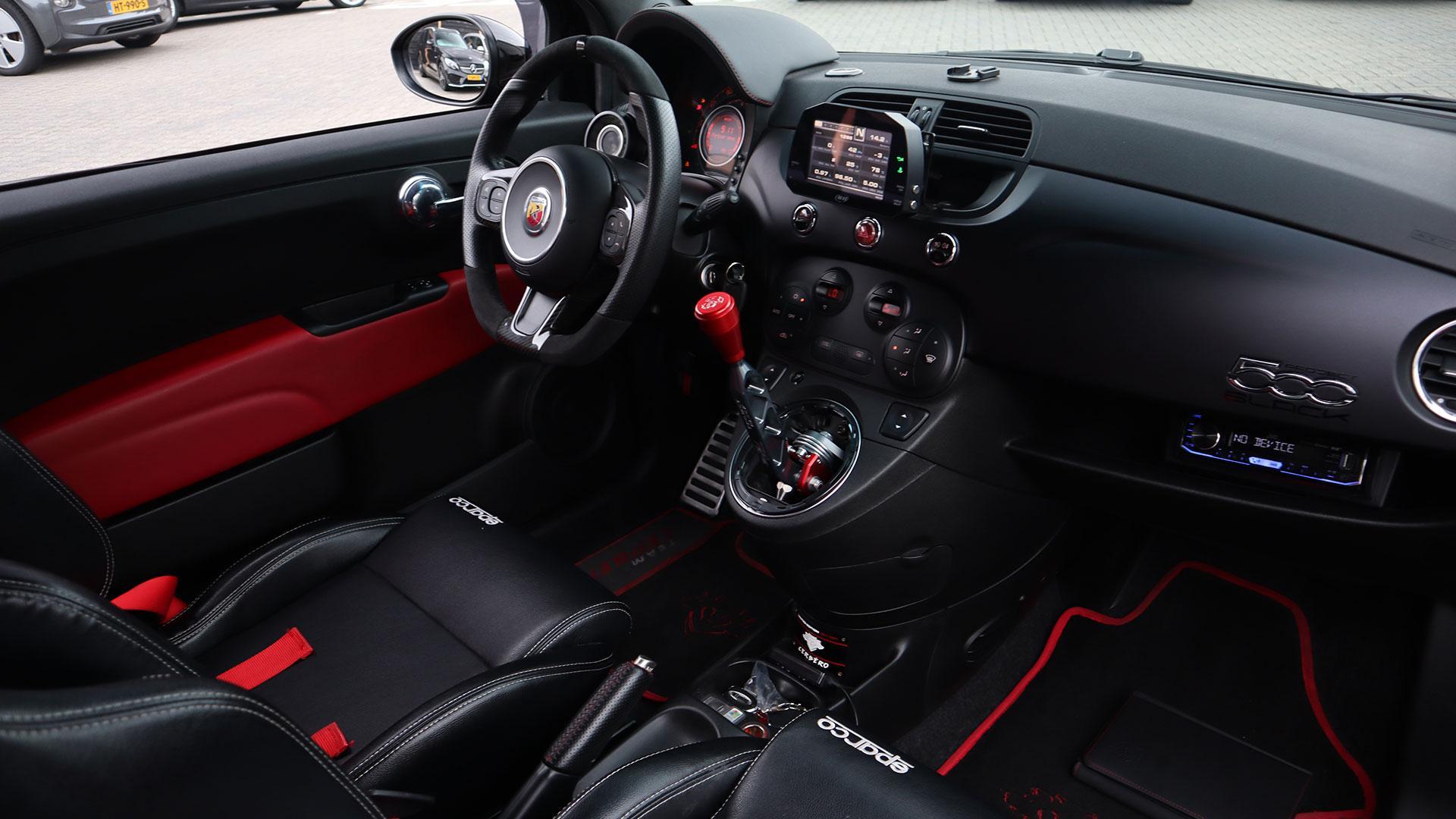 Interieur Fiat 500 Abarth met 500 pk