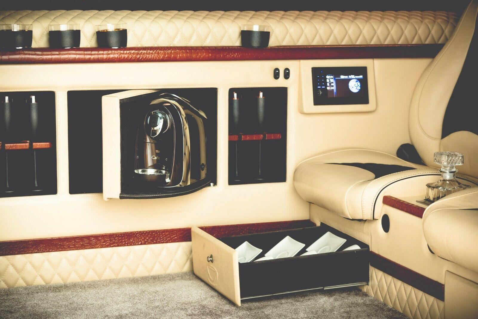 VW Transporter Limousine met zes wielen