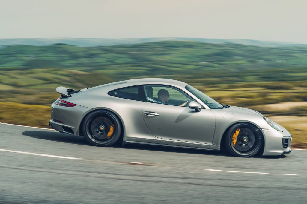 Porsche 911 Carrera 4 GTS rijdend zijkant
