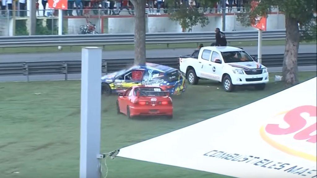 Honda Civic breekt doormidden